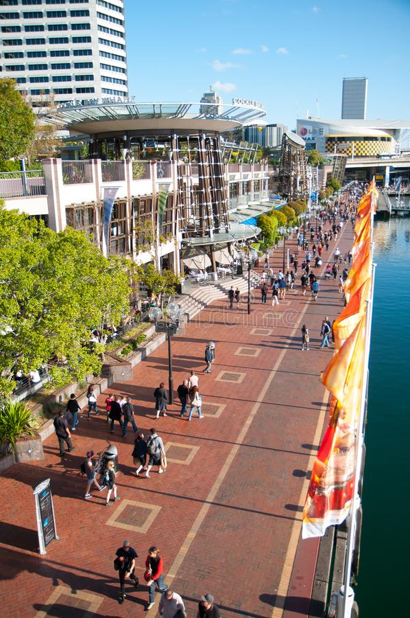Den härliga fot- gångbanan längs hamn, placeras idealt inom bubblafjärdhamnplatsen fotografering för bildbyråer