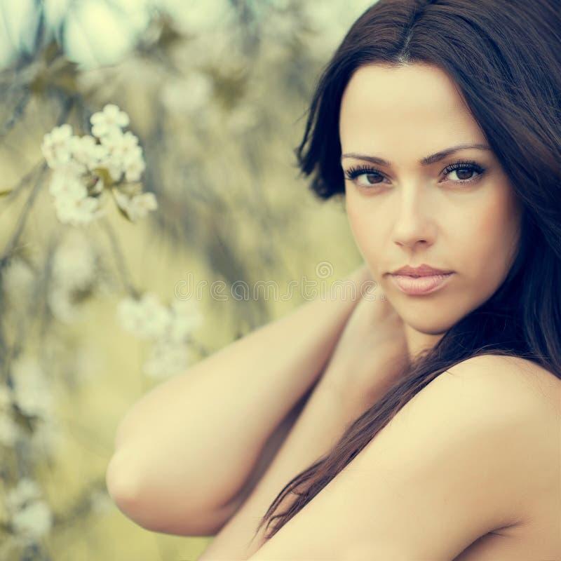 Den härliga framsidacloseupen för den unga kvinnan - göra perfekt hud royaltyfri foto