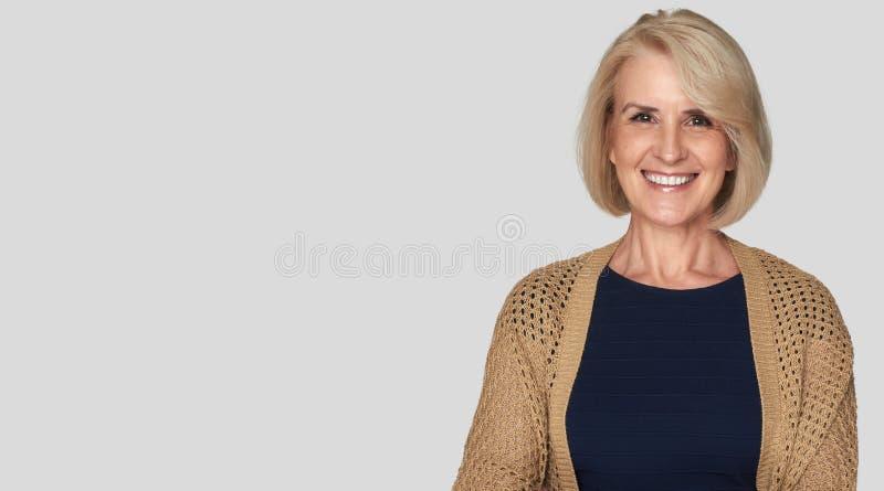 Den härliga gamla kvinnan är att le som är toothy arkivfoton