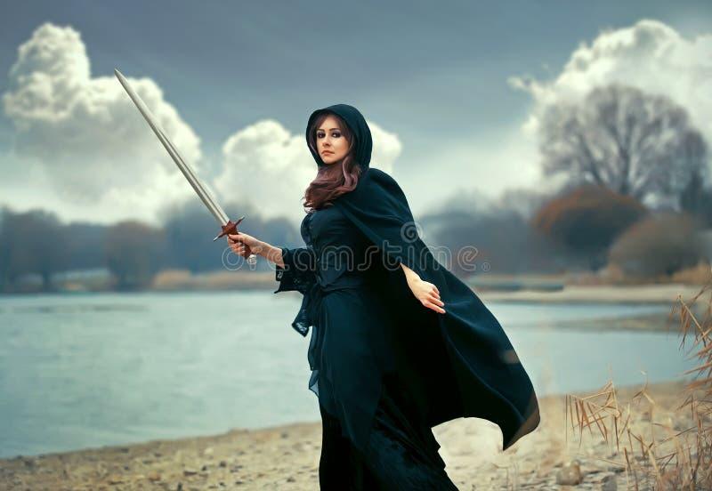 Den härliga gotiska flickan med svärdet royaltyfri fotografi