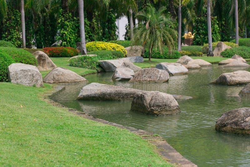 Den härliga gräsplanträdgården med vaggar och floden fotografering för bildbyråer
