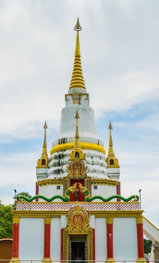 Den härliga guld- pagoden innehåller Buddhareliker arkivfoto
