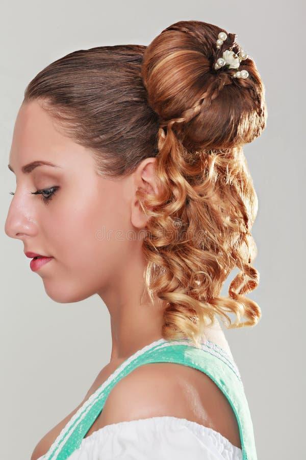 den härliga gulliga frisyren låser model ståendeprofilbröllop royaltyfria foton