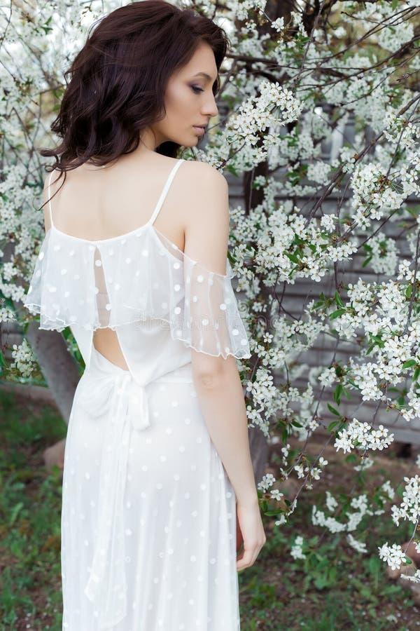Den härliga gulliga söta sexiga flickabruden med fulla kanter för det försiktiga ögonsminket i klänning för vitt ljus går i den f arkivbilder