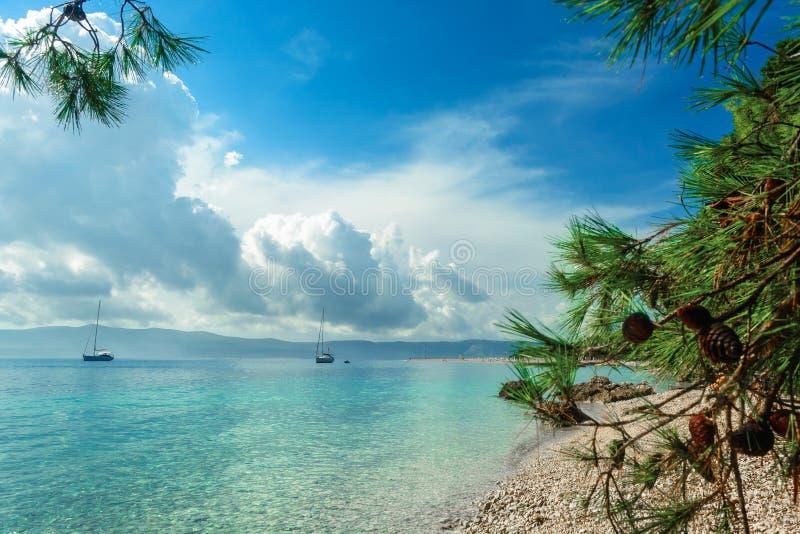 Den härliga havssikten med stranden Zlatni tjaller i Bol, ön Brac, Kroatien fotografering för bildbyråer
