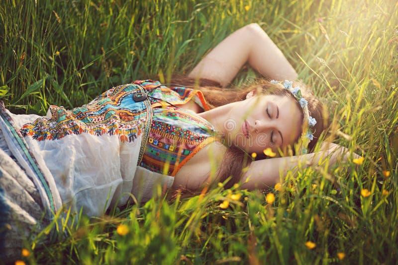 Den härliga hippiekvinnan sover fridfullt royaltyfria foton