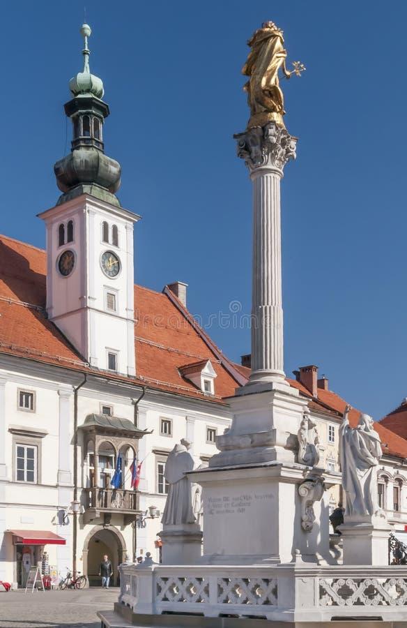 Den härliga huvudsakliga fyrkanten av Maribor, Slovenien som är bekant som Glavni Trg, på en solig dag royaltyfria foton