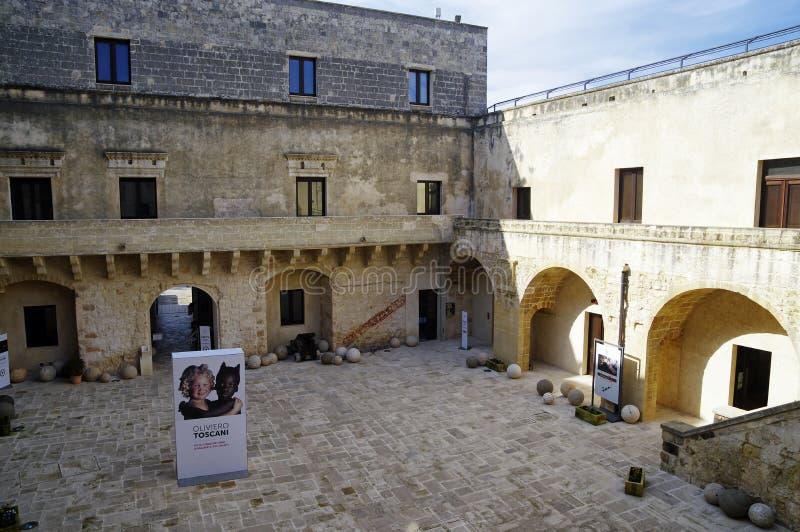 Den härliga inre borggården av museet i den medeltida Aragonese slotten i Otranto, Puglia, royaltyfria foton