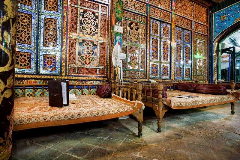 Den härliga inredesignen av den traditionella iranska restaurangen med ottomanen uttrycker royaltyfri fotografi
