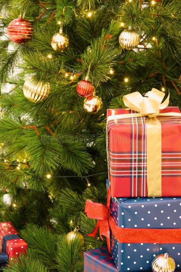 den härliga julen dekorerade treen fotografering för bildbyråer