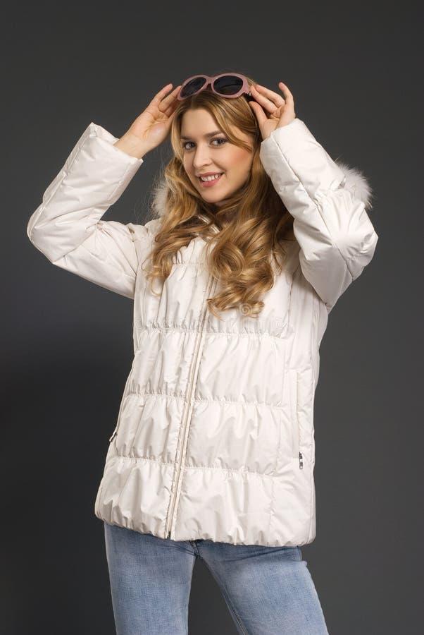 den härliga kläder övervintrar kvinnabarn royaltyfria foton