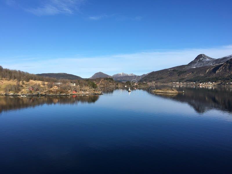 Den härliga kustlinjen i nordliga Norge royaltyfri fotografi