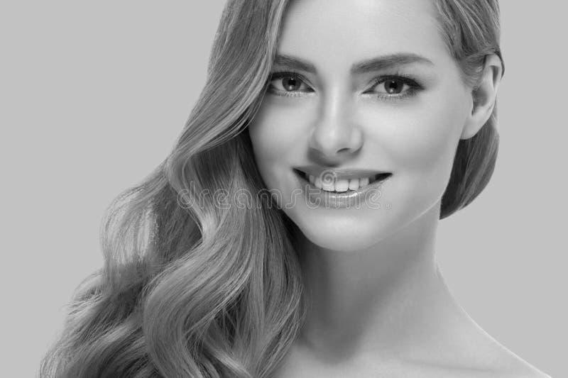 Den härliga kvinnaflickan modellerar blont hår på rosa moderiktig färgbakgrund för sommar fotografering för bildbyråer
