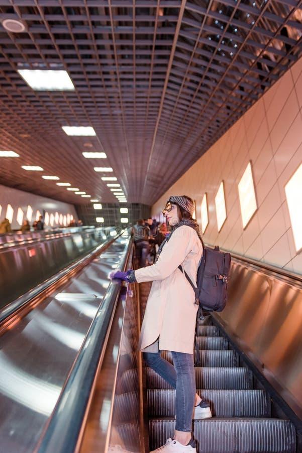 Den härliga kvinnan använder rulltrappan för att ta fram det Marmaray drevet arkivfoto