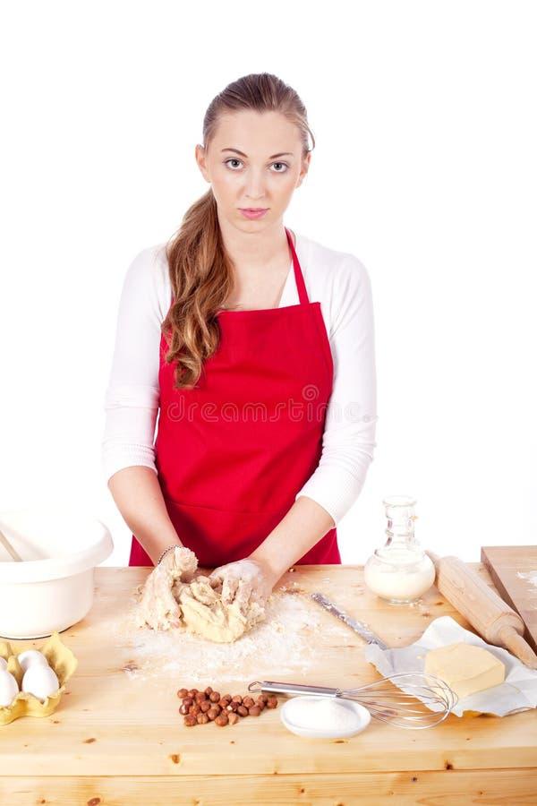 Den härliga kvinnan bakar kakor för jul royaltyfria bilder