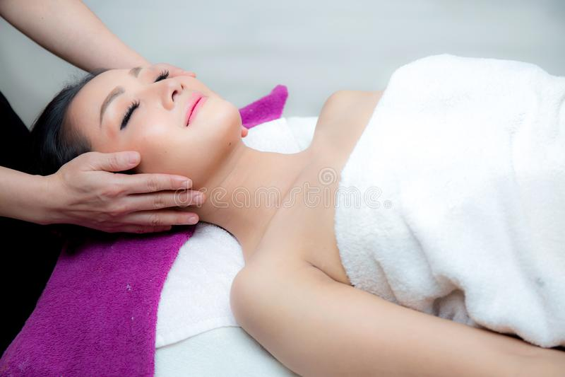 Den härliga kvinnan får en ansikts- massage i brunnsortsalongen royaltyfri fotografi