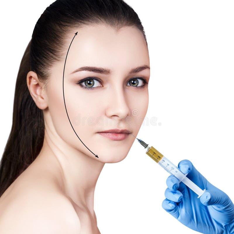 Den härliga kvinnan får injektionen i hennes kanter fotografering för bildbyråer