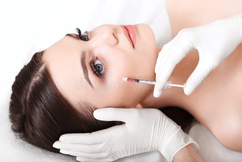 Den härliga kvinnan får injektioner cosmetology Härlig le flicka arkivfoto