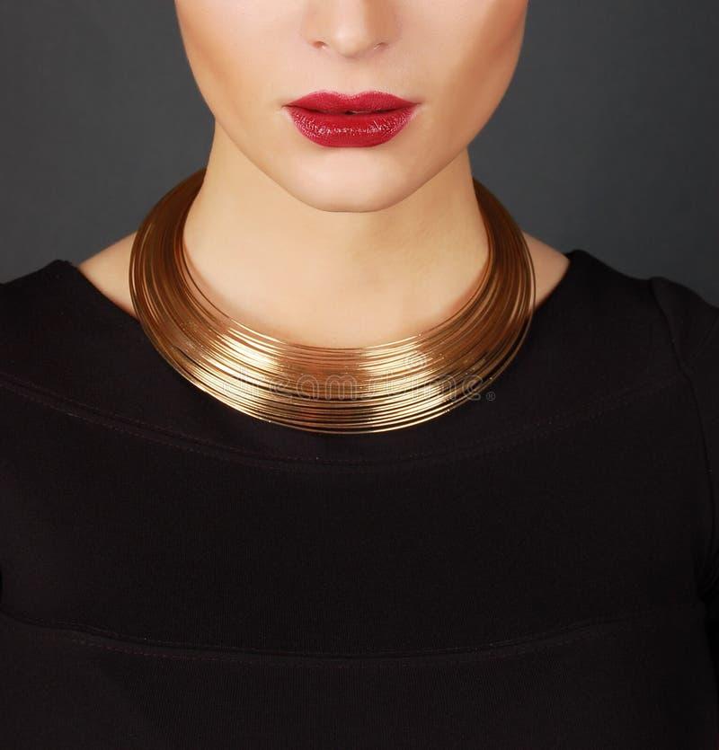 Den härliga kvinnan i dyr halsband arkivbild