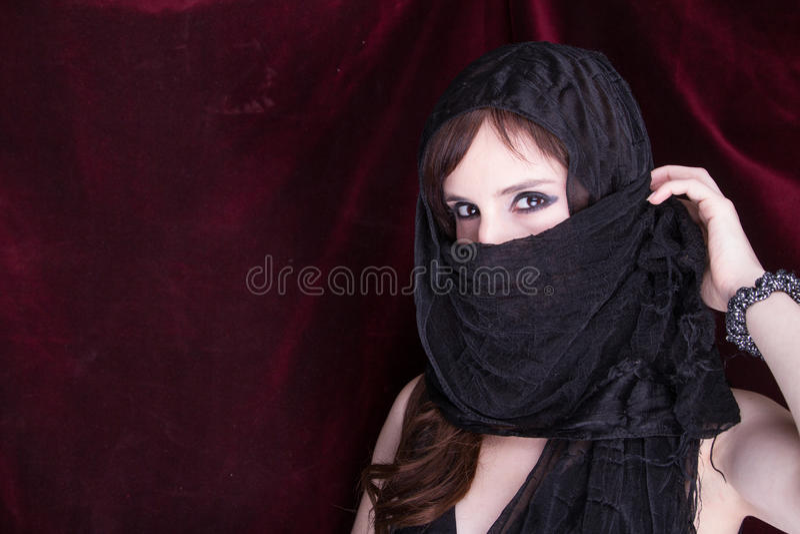 Den härliga kvinnan i traditionellt skyler arkivfoto