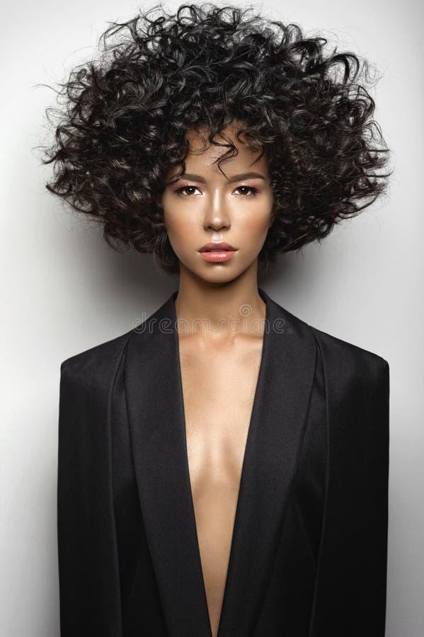Den härliga kvinnan med afro krullar frisyren royaltyfri bild