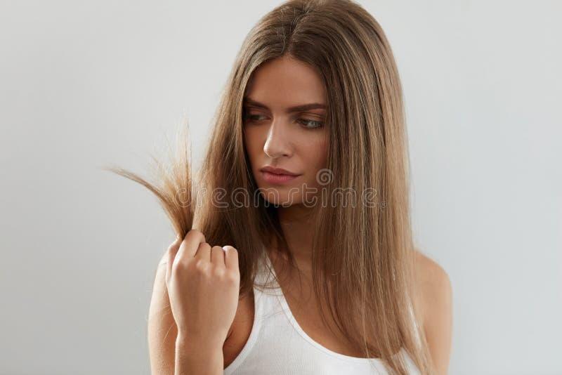 Den härliga kvinnan med splittring avslutade hår Hälso- och skönhetbegrepp arkivfoto