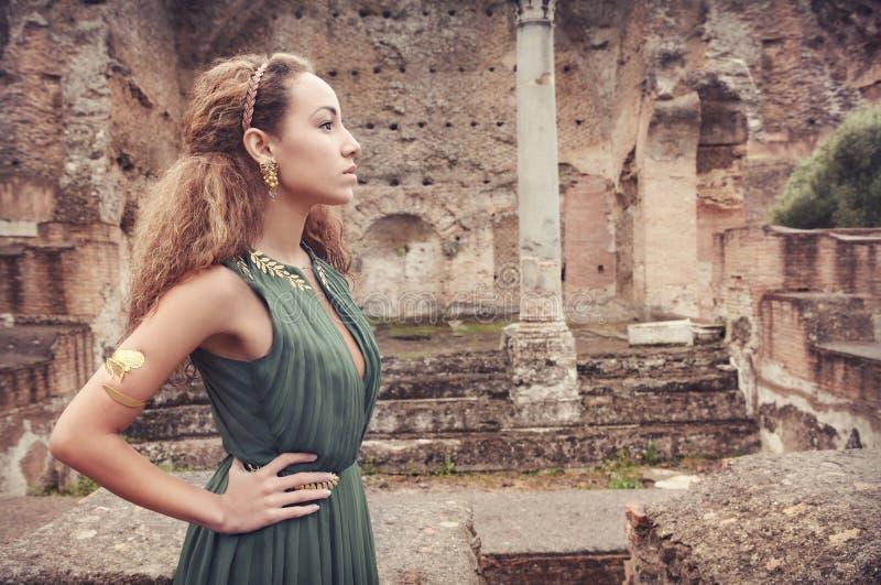 Den härliga kvinnan nära forntida fördärvar royaltyfri foto