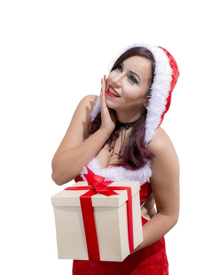 Den härliga kvinnan som bär den Santa Claus dräkten, ger gåva fotografering för bildbyråer