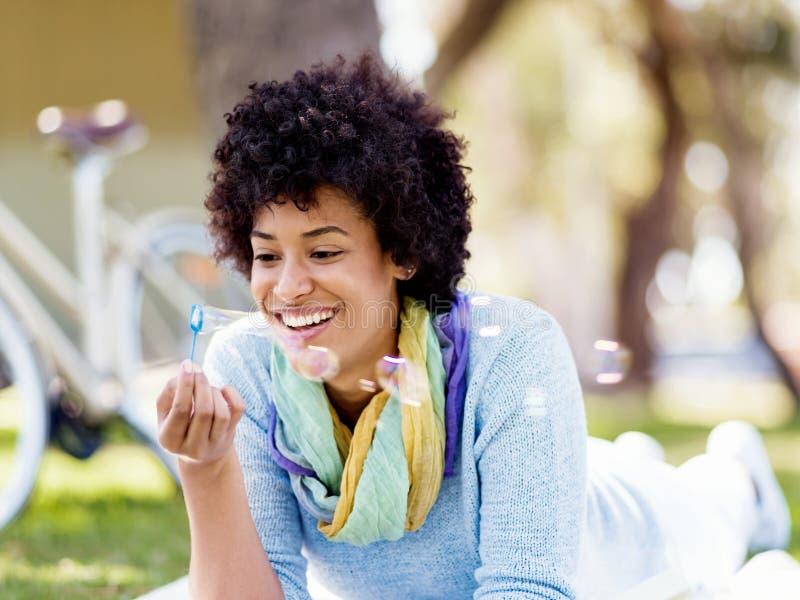 Download Den Härliga Kvinnan Som Blåser Bubblor Parkerar In Fotografering för Bildbyråer - Bild av lyckligt, natur: 78732411
