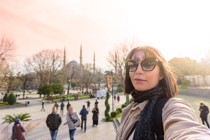 Den härliga kvinnan tar bilder i Istanbul, Turkiet arkivbilder