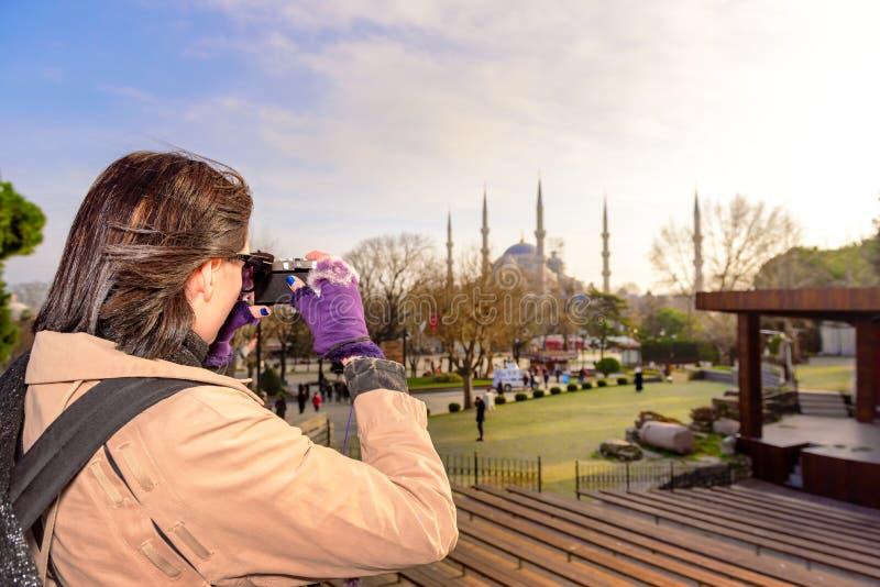 Den härliga kvinnan tar bilder i Istanbul, Turkiet royaltyfria bilder