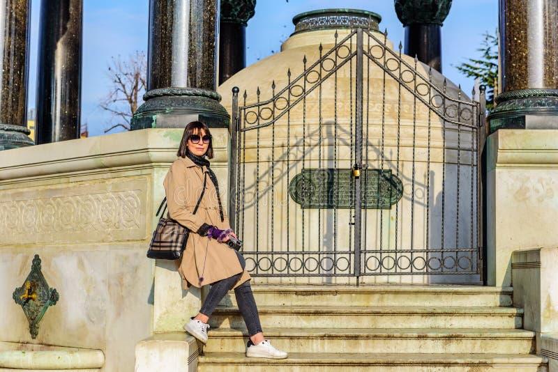 Den härliga kvinnan tar bilder i Istanbul, Turkiet royaltyfri bild