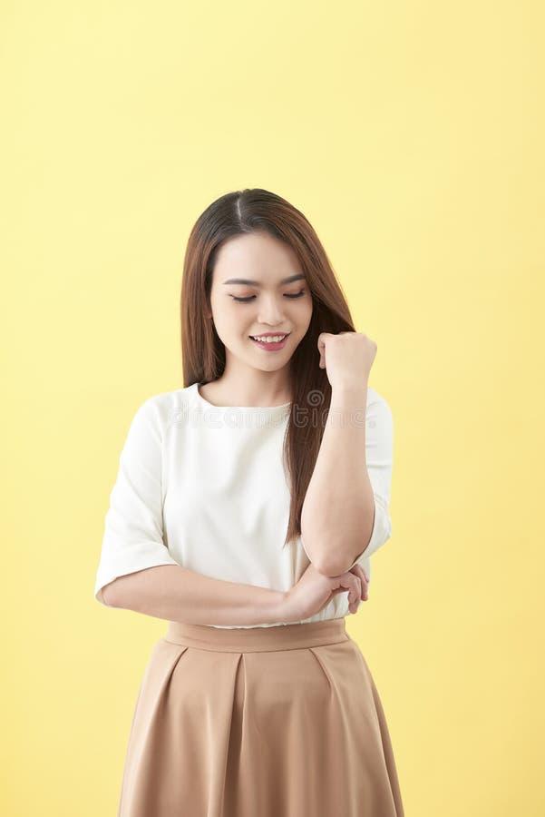 Den härliga kvinnan trycker på hennes vård- långa omsorg för rakt hår med leendeframsidan, asiatisk skönhetmodell fotografering för bildbyråer