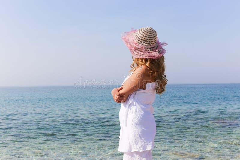 Den härliga kvinnan tycker om på stranden arkivbild