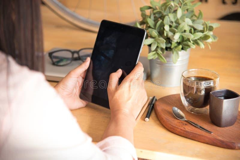 Den härliga kvinnan undersöker online-shoppingwebsiten För slut händer upp av den unga kvinnan som direktanslutet shoppar, genom  royaltyfri fotografi