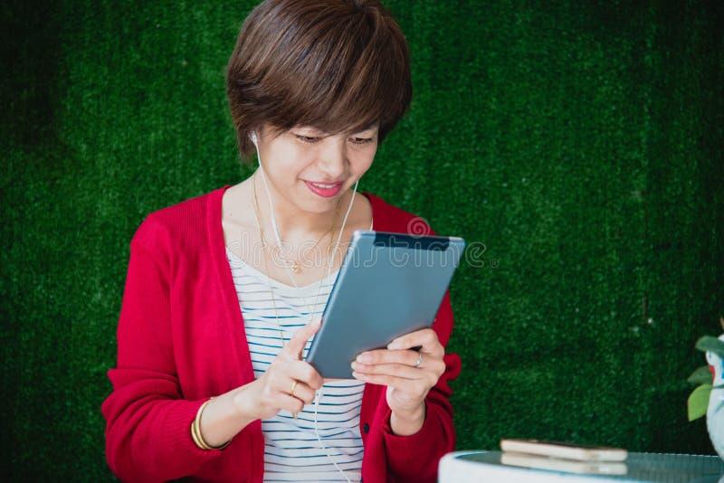 Den härliga kvinnan undersöker online-shoppingwebsiten För slut händer upp av den unga kvinnan som direktanslutet shoppar, genom  arkivbilder