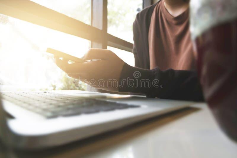 Den härliga kvinnan undersöker online-shoppingwebsiten Stäng sig upp händer av den unga kvinnan som direktanslutet shoppar, genom arkivbild