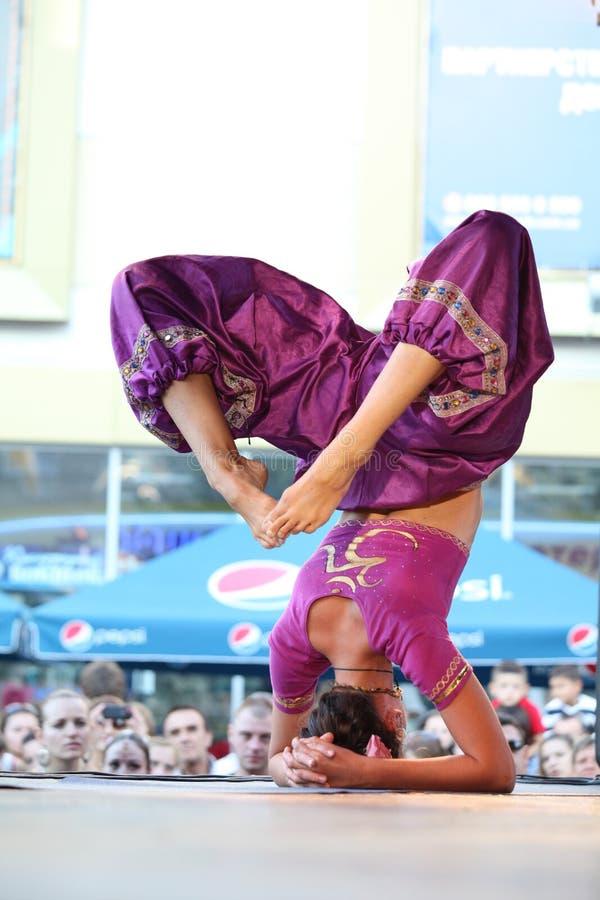Den härliga kvinnan visar in yoga på etappen royaltyfria bilder