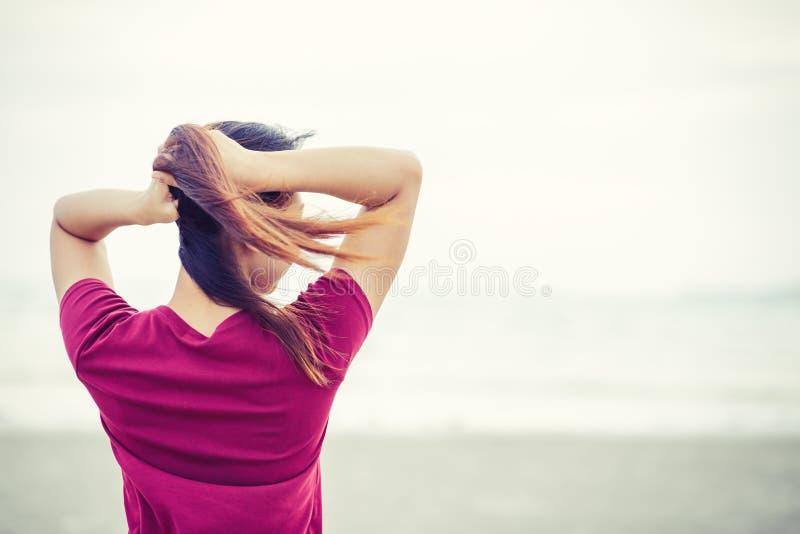 Den härliga kvinnapacken av hår nära stranden fotografering för bildbyråer