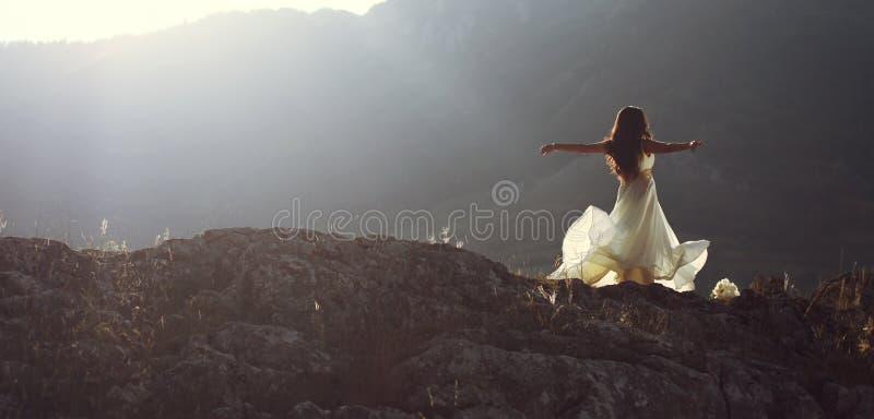 Den härliga kvinnasnurret med armar öppnar royaltyfri foto