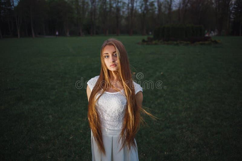 Den härliga långa hårblondinen i natt parkerar fotografering för bildbyråer