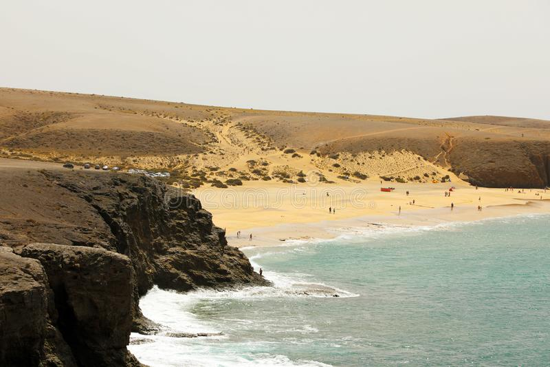 Den härliga lösa stranden med ökendyn och vaggar, Playas de Papagayo, Lanzarote, kanariefågelöar fotografering för bildbyråer
