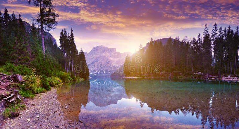Den härliga Lagoen Di Braies Se på gryning arkivfoton