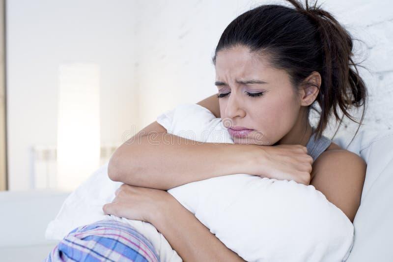 Den härliga latinamerikanska kvinnan i smärtsam uttrycksinnehavbuk som lider menstruations- period, smärtar arkivbilder