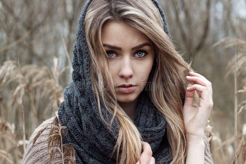 den härliga ledsna flickan går i fältet Foto i bruna signaler royaltyfria foton