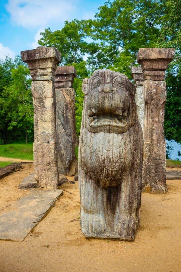 Den härliga lejonstatyn som är forntida fördärvar Sri Lanka, den forntida staden Polonnaruwa, Sri Lanka för Unesco arkivfoton