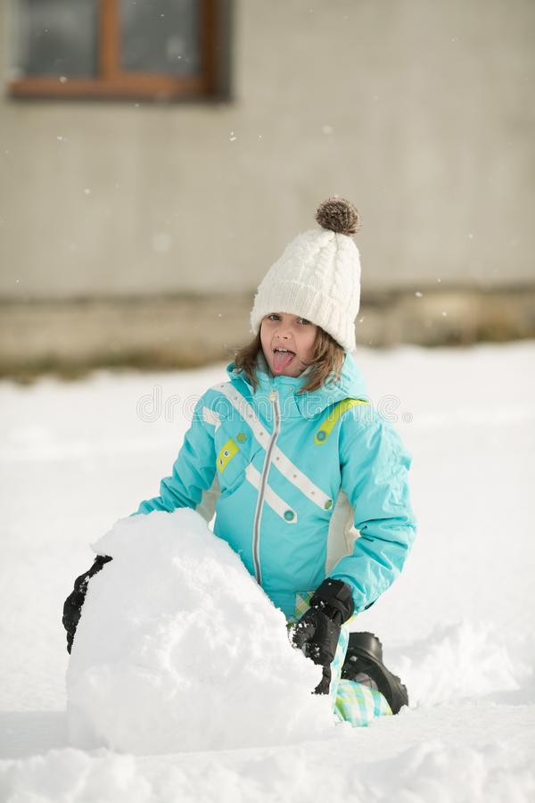 Den härliga lilla flickan hugger snögubben royaltyfria foton