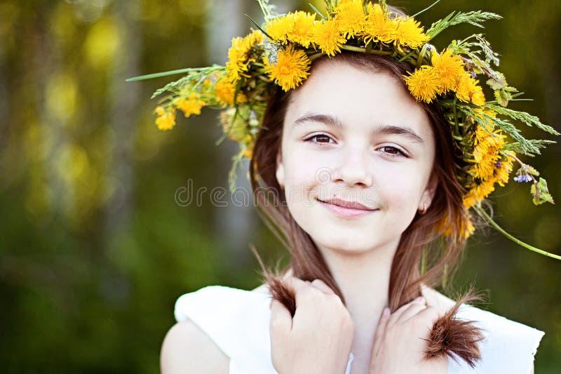 Den härliga lilla flickan som är utomhus-, färgbukettblommor, den ljusa soliga sommardagen, parkerar ängen som ler lyckligt tycka royaltyfri bild