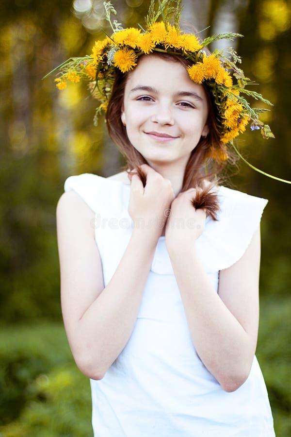Den härliga lilla flickan som är utomhus-, färgbukettblommor, den ljusa soliga sommardagen, parkerar ängen som ler lyckligt tycka arkivfoton