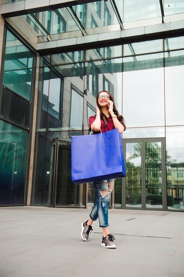 Den härliga lyckliga flickan går att shoppa i staden arkivfoto